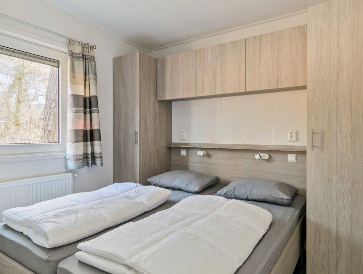 Recreatiechalet faro met lessenaar dak interieur slaapkamer
